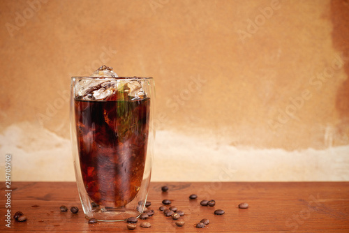 Photographie a glass of homemade cold cold brew coffee on wooden table