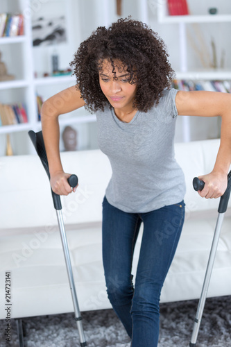 Photo young woman with crutches