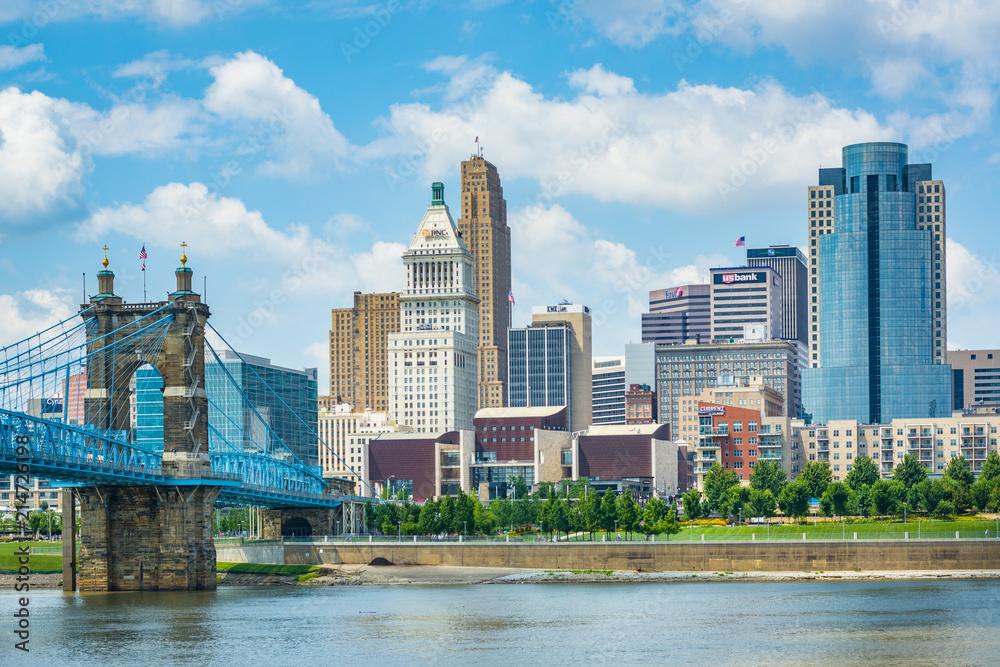 Fototapeta The Cincinnati skyline and Ohio River, seen from Covington, Kentucky.