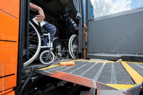 Fototapeta barrierefreies Reisen im Omnibus, Hebelift und Rollstühle im Reisebus