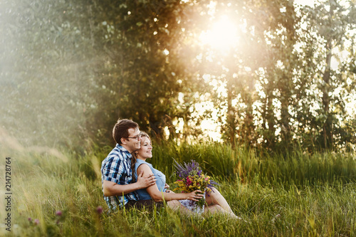 Photo  romantic love story in the Woods at sunset