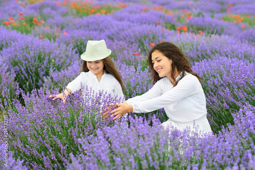 Photo  young woman and girl are in the lavender field, beautiful summer landscape with