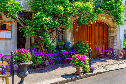 wygodna-ulica-z-kwiatami-i-stolami-kawiarnia-w-paryz-francja