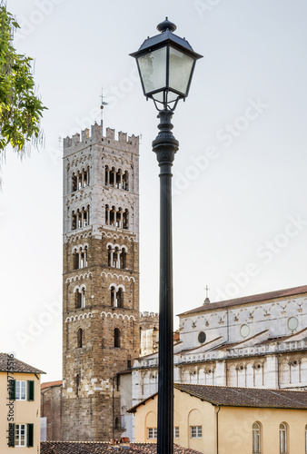 Foto  The bell tower of the Cathedral of San Martino in Lucca seen from the ancient wa