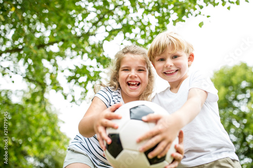фотография  Geschwister spielen mit einem Fußball