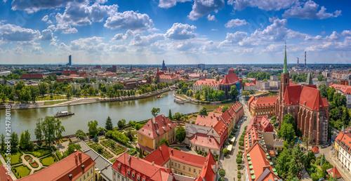 Fotografia Widok z lotu ptaka na centrum miasta, rzekę oraz żeglujące statki - Wrocław, Pol