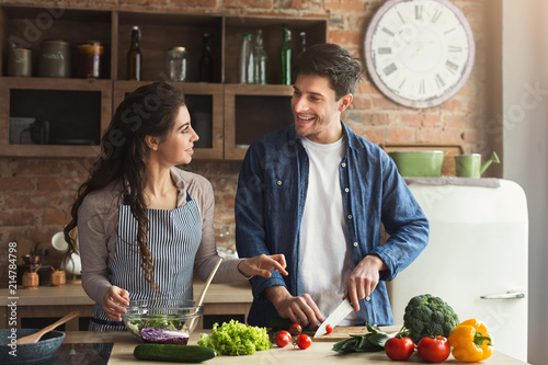 Photo  Happy couple cooking healthy dinner together