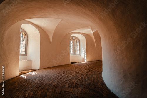 Photo  Inside round tower in copenhagen warm light falling through tower windows