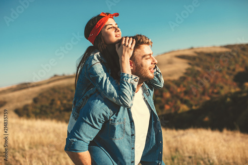 Foto Happy young couple enjoys a sunny day in nature