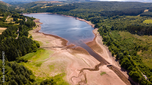 Aerial drone view of a drying reservoir in Wales during a heatwave (Llwyn-On Res Tableau sur Toile