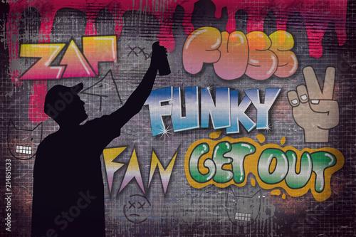 Uliczny artysta maluje kolorowe graffiti na ścianie w nocy - koncepcja sztuki współczesnej z miejskim facetem maluje na żywo murales z aerozolowym sprayem kolorowym - ilustracja