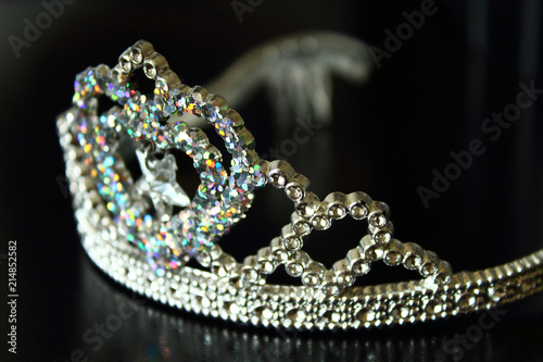 Foto  Plastic shiny crown for children. Close-up. Background.