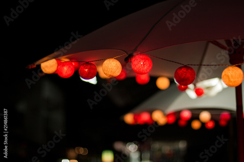 Photo  guirlande de guinguette en décoration de nuit  sur parasol