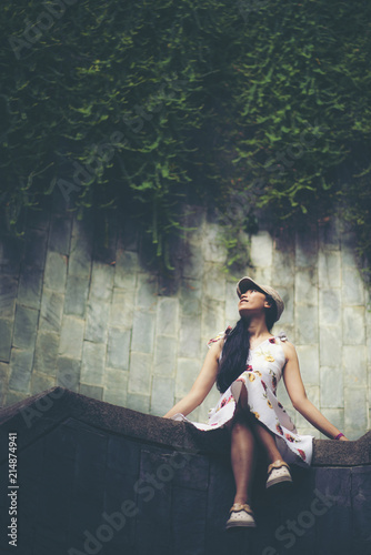 Photo  traveler girl at fort canning park, Singapore