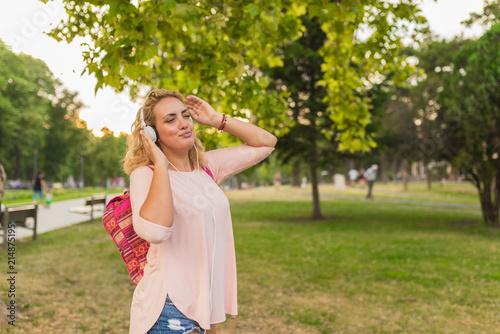Fotografía  Lovely girl with headphones enjoying her time