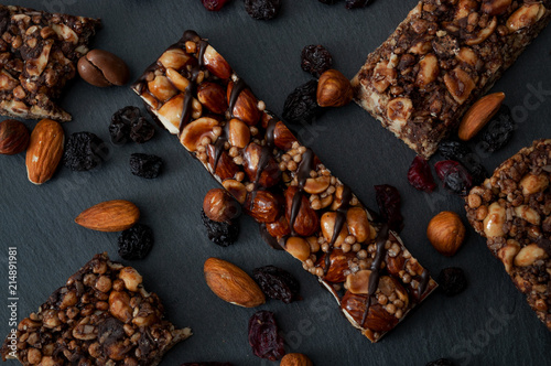 Foto Healthy snacks, fitness lifestyle and high fiber diet concept with granola energ