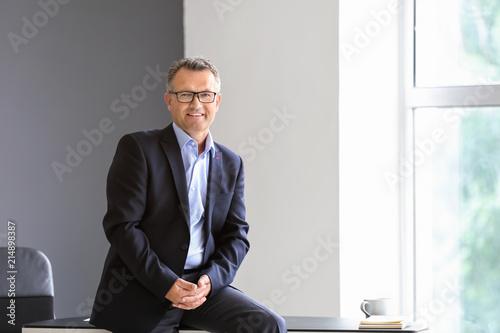 Fotografía  Portrait of mature businessman in office