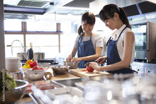 Fotografía  料理教室で友人と一緒に料理を作る女性二人