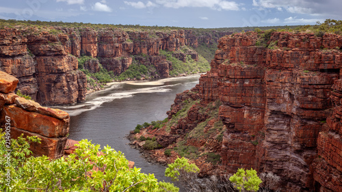 Photo Landscape view looking into the gorge and tidal inlet below the twin falls on th