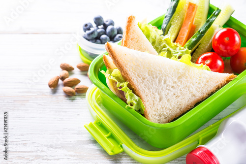 In de dag Assortiment Lunch box with sandwich, vegetables, banana, water, nuts and ber