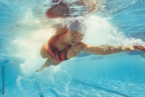 Fotomural Fit female athlete during swim training