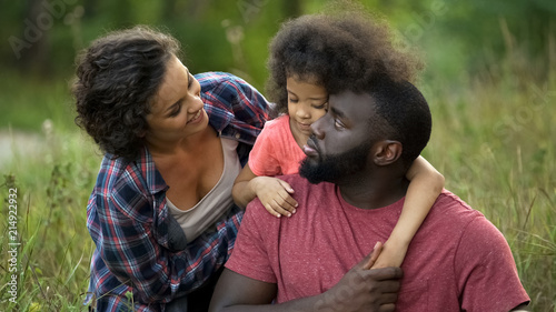 Photo Beautiful mommy amusing her beloved family, pleasure pastime together, outdoor