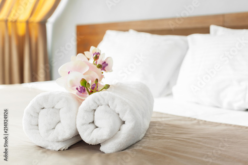 Valokuvatapetti towels and flower on bed in hotel room