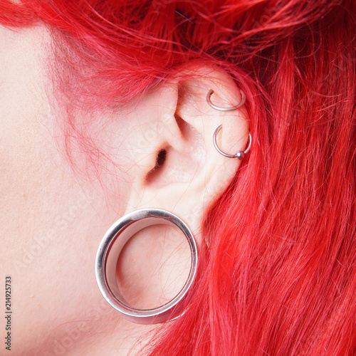 Fényképezés stretched ear lobe piercing with flesh tunnel