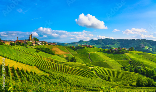 La pose en embrasure Vignoble Langhe vineyards sunset panorama, Serralunga Alba, Piedmont, Italy Europe.