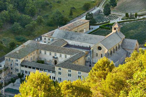 Photo Senanque Abbey or Abbaye Notre-Dame de Senanque with lavender fields