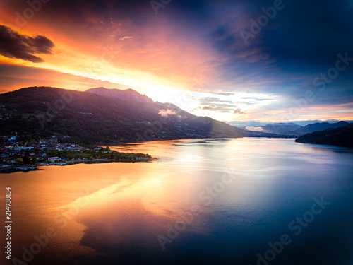 Photo Stands Lake Lake Caldonazzo in Trentino during a spectacular sunset