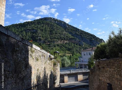 Fotobehang Grijze traf. Paisaje de montaña con muro.