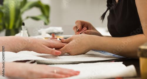 Montage in der Fensternische Maniküre Professional manicure service