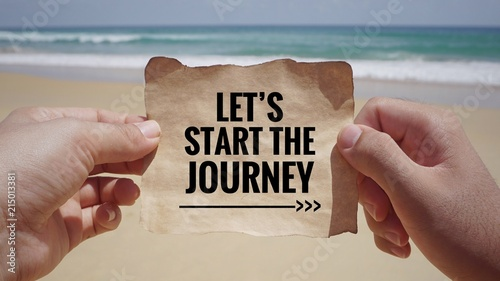 Fotografía  Motivational and inspirational quote - Hands holding a white piece of paper with text 'Let's start the journey' on it
