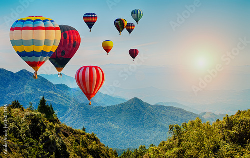 Montgolfière / Dirigeable Beautiful view of mountain with hot air balloons on morning at Thailand.