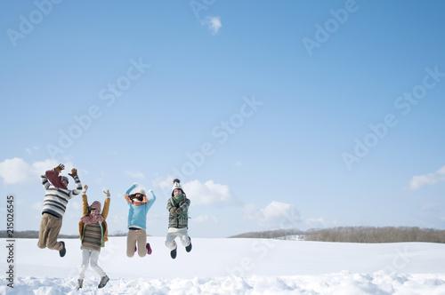 Vászonkép 雪原でジャンプをする若者たち