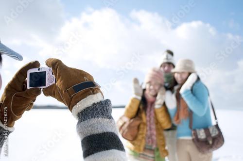 Fototapeta 雪原で記念写真を撮る若者たち obraz