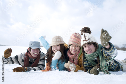 Valokuvatapetti 雪原に寝転ぶ若者たち