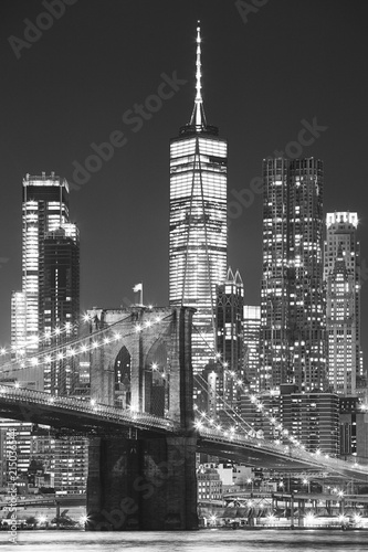 Tuinposter New York City Brooklyn Bridge and Manhattan at night, New York City, USA..