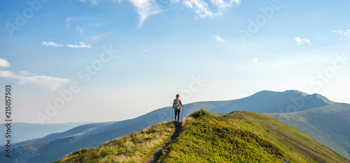 Obraz Young woman hiking in the mountains - fototapety do salonu