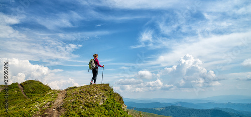 Young woman hiking in the mountains Fototapet