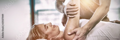 Fotografía  Woman receiving shoulder therapy from physiotherapist