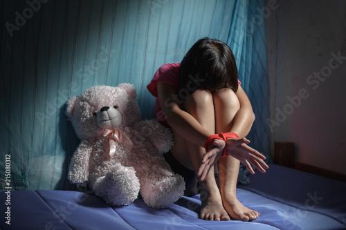 Fényképezés  A victim tied up with rope