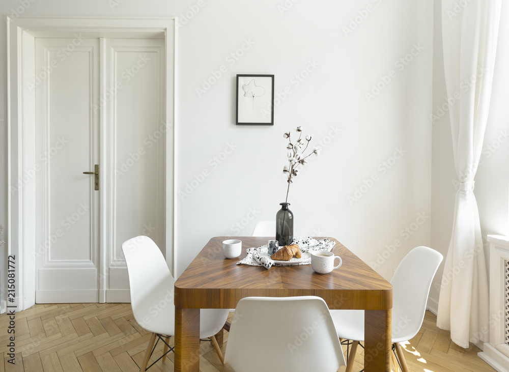 White Chairs At Wooden Table In Minimal Dining Room Interior With Door And Poster Foto Wandbilder Bei EuroPosters