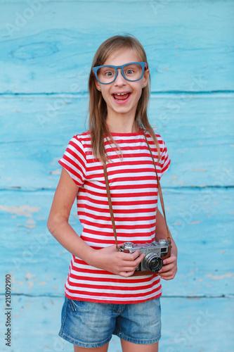 Obraz crazy, girl, model, smile, fun, camera, old camera, wood, retro, vintage - fototapety do salonu