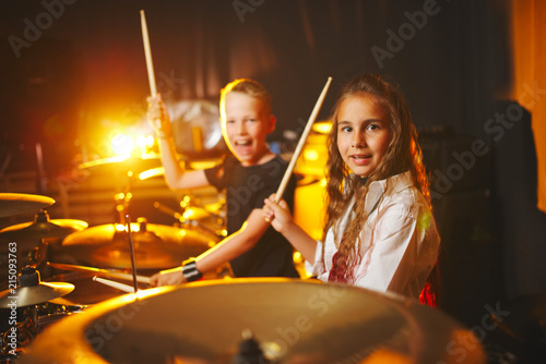 Papel de parede boy and girl play drums in recording studio