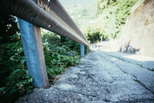 Leitplanke An Asphaltierter Straße