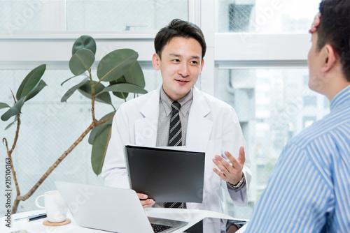 Fotografía  患者の症状を聞く医者