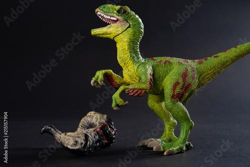 Photo  velociraptor with a dinosaur body nearby on dark background