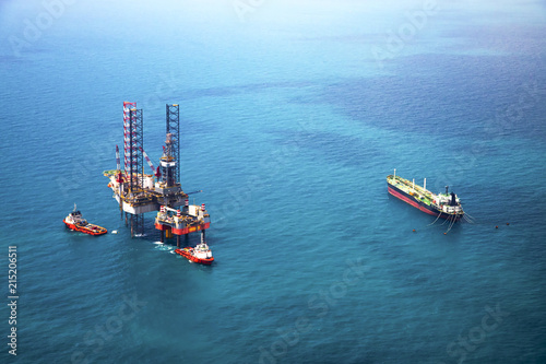 Photo Oil rig in the gulf with oil tanker ship